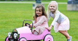 Coche a pedales Baghera clásico rosa