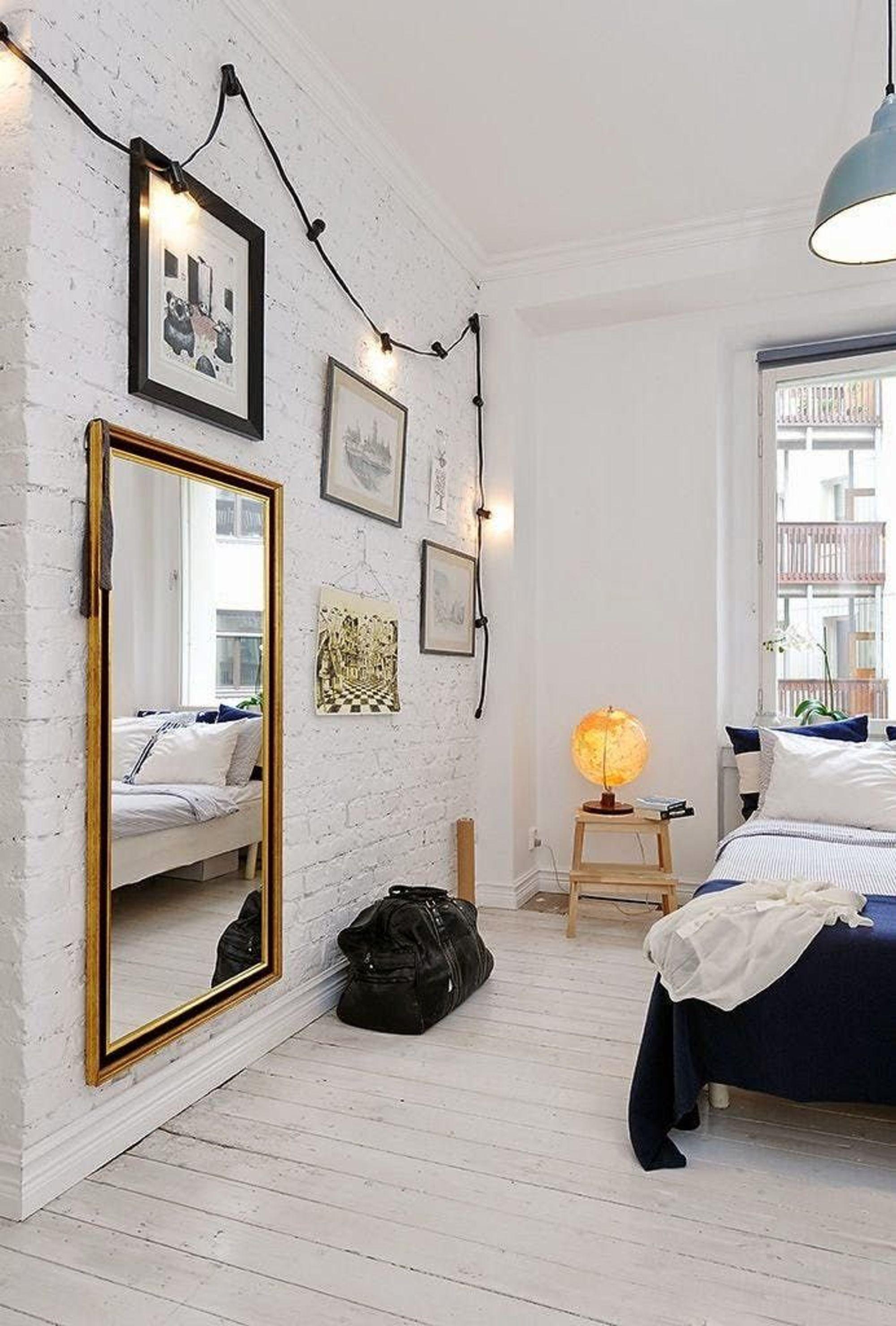 Habitación pequeña con espejo