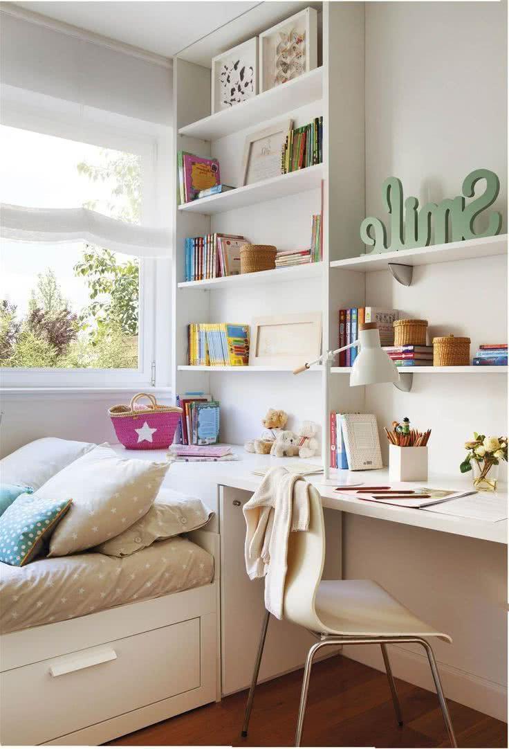 Habitación pequeña con estantes