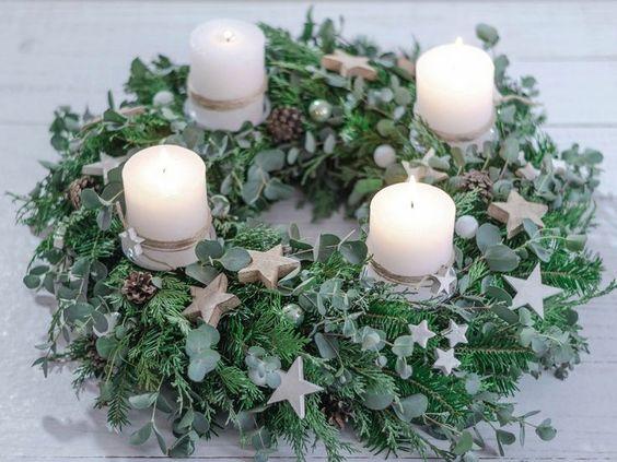 Corona de adviento con velas blancas y estrellas