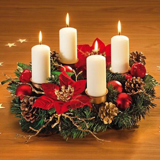 Corona de adviento con velas encendidas