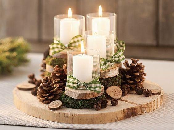 Centro de mesa Navidad con piñas, velas y troncos de madera