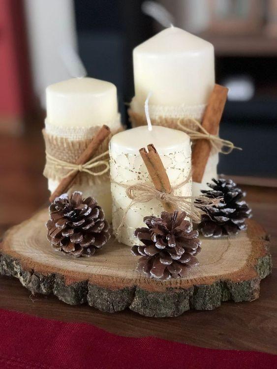 Centro de mesa Navidad con piñas y troncos de madera