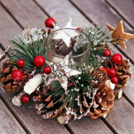 Centro de mesa Navidad con piñas, estrellas y velas