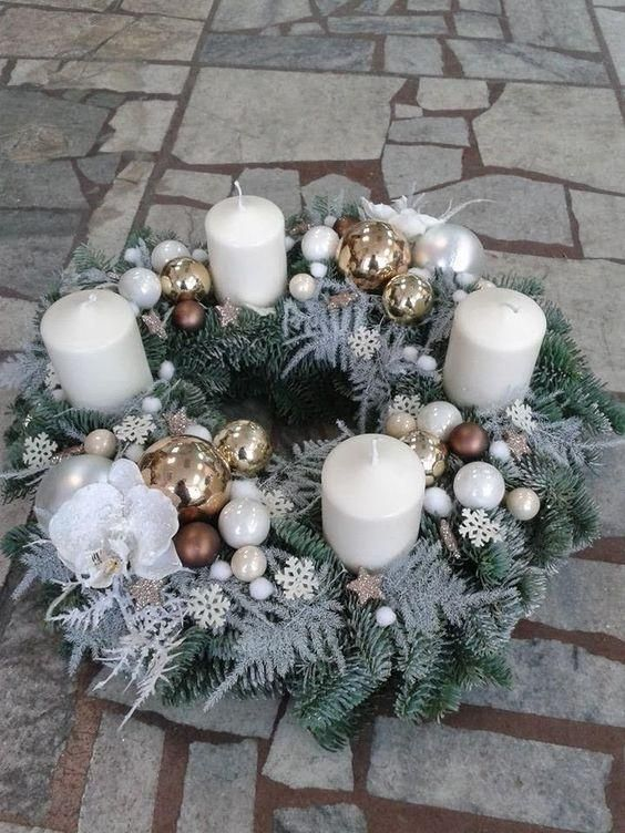 Corona de adviento con velas blancas y bolas de Navidad