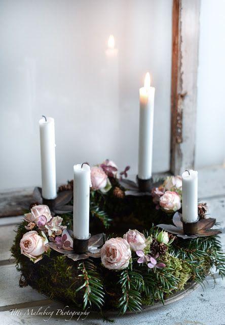 Corona de adviento con velas blancas y flores