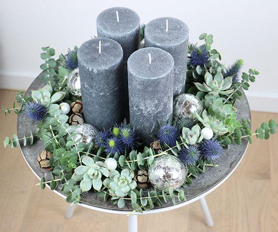 Corona de adviento con velas grises y bolas de Navidad