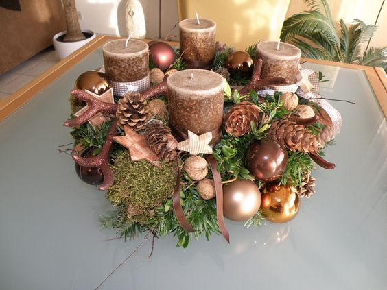 Corona de adviento con velas marrones y bolas de Navidad