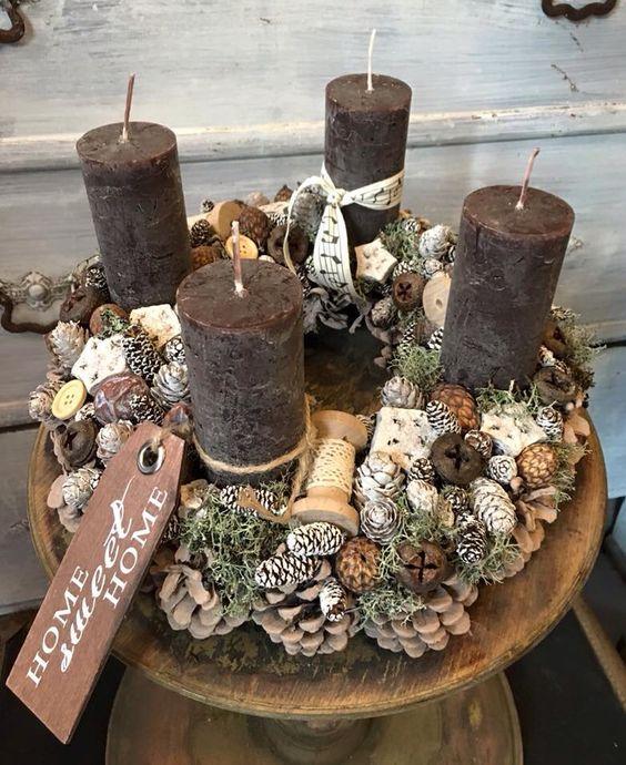 Corona de adviento con velas marrones y piñas