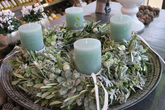 Corona de adviento con velas verdes y eucalipto