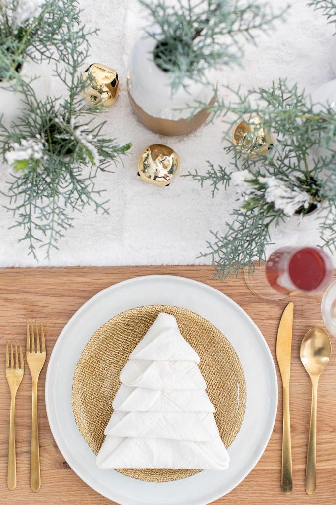 Mesa de Navidad con servilletas árbol navideño