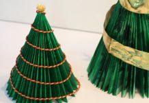 Árbol de Navidad con papel y revistas