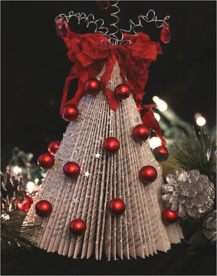 Árbol de Navidad hecho con revistas