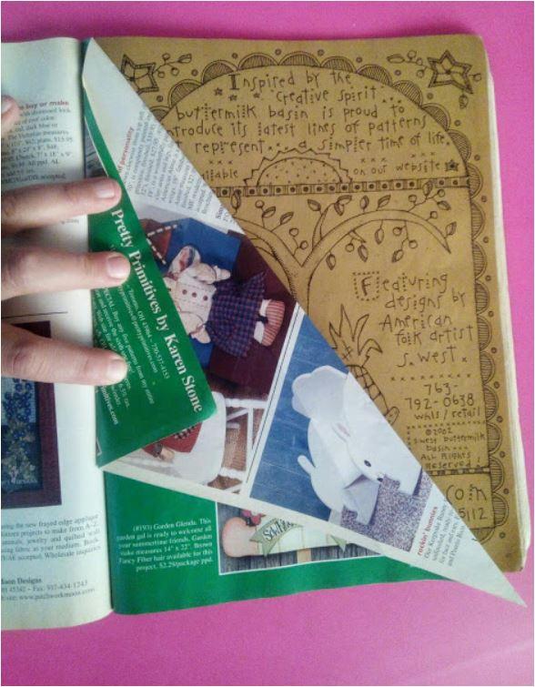 Cómo hacer un árbol de Navidad de papel con revistas