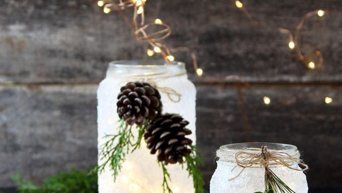Manualidades Navidad: tarros de cristal con nieve y adornos con luces