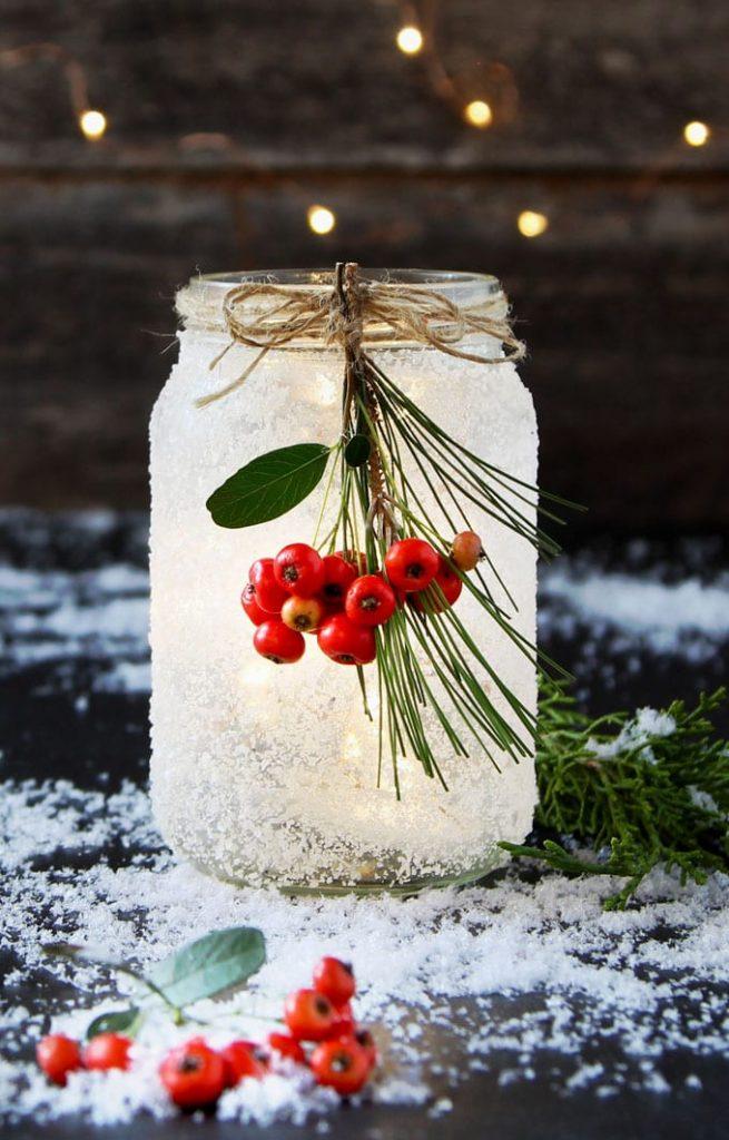 Manualidades de Navidad: Tarros de cristal con nieve artificial, luces y bayas