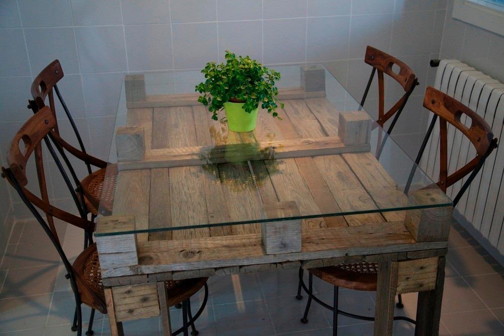 Mesa de comedor con cristal hecha con palets