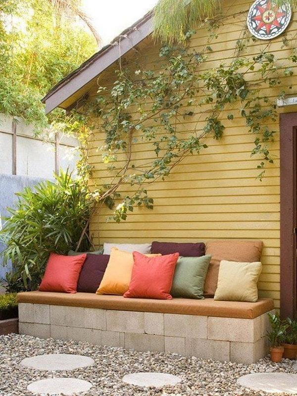 Terraza decorada con asientos de bloque de concreto
