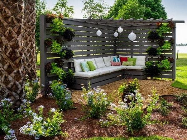Terraza decorada con muebles de palets